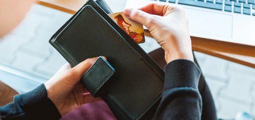 Больше половины россиян предпочитают безналичные платежи