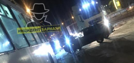 В Барнауле троллейбус протаранил ВАЗ