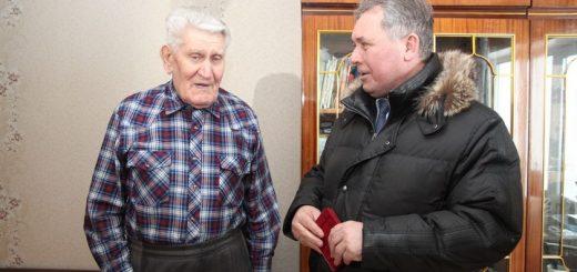 Александр Романенко вручил медали ветеранам ВОВ села Краснощеково