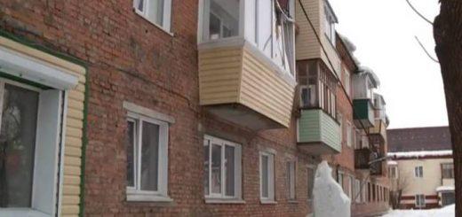 В Бийске ледяная глыба повредила балкон