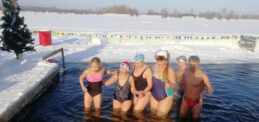 Алтайские моржи собрали посылку со снегом для москвичей