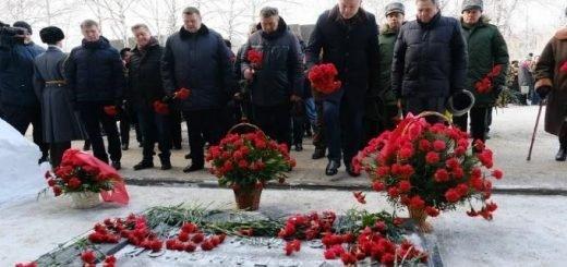 Андрей Травников принял участие  в возложении цветов воинам-интернационалистам
