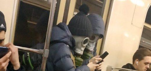 Подростки в противогазах шокировали пассажиров метро