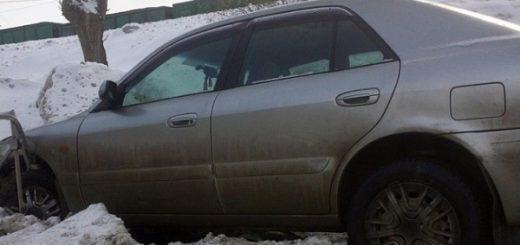 В Новосибирске иномарка пробила ограждение и влетела на тротуар