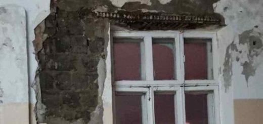 Родители пожаловались на ужасное состояние стен в новосибирской школе