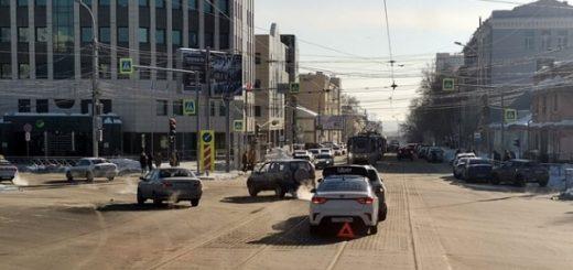 В центре Новосибирска ДТП заблокировало движение трамваев в обоих направлениях