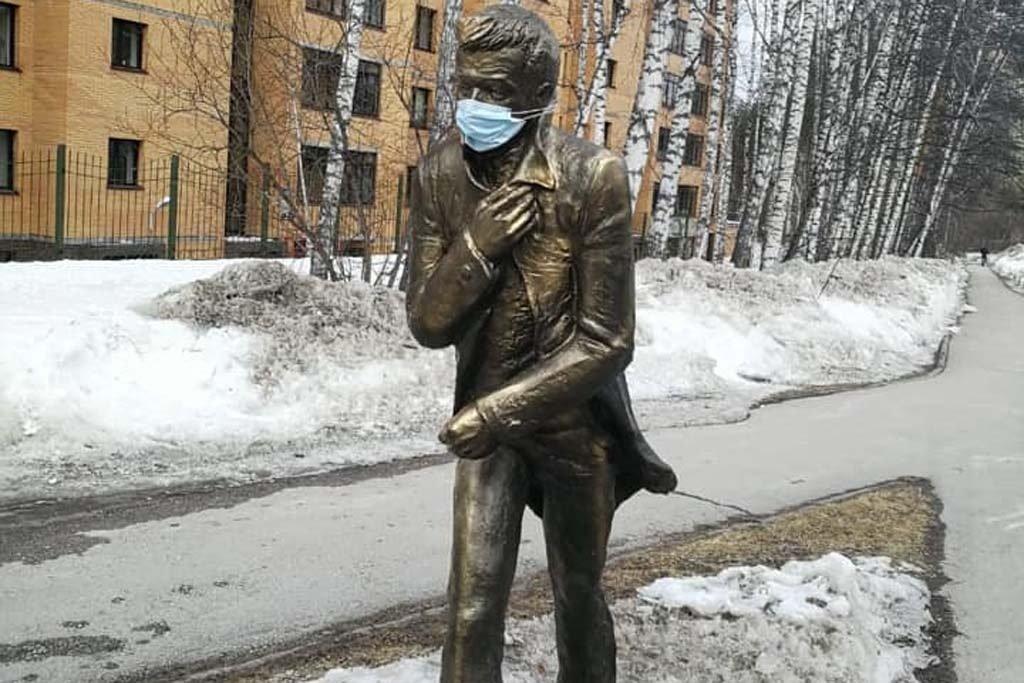 Медицинскую маску надели на памятник лидеру рок-группы «Иван Кайф» в Новосибирске. Фото