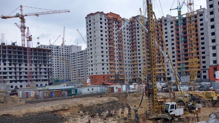 Очередной небоскреб строят в частном секторе Барнаула