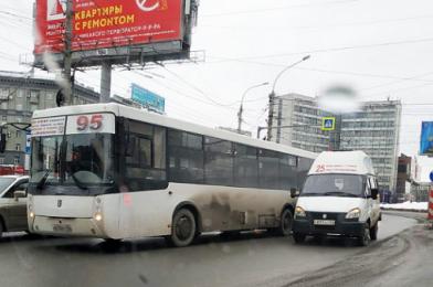 Автобус и маршрутка столкнулись на площади Калинина в Новосибирске