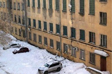 Снег с крыши Штаба Сибирского военного округа разбил припаркованные машины