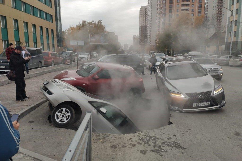 Автомобили провалились под асфальт в центре Новосибирска. Фото