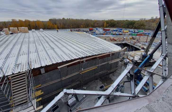 Утеплять крышу и заливать полы начали в новом ЛДС Новосибирска